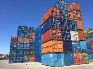 Container maritime: des piles de conteneurs d'occasion sur un depot